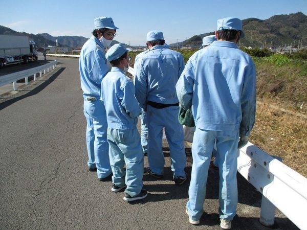 クリーン有田川運動に参加する本社従業員